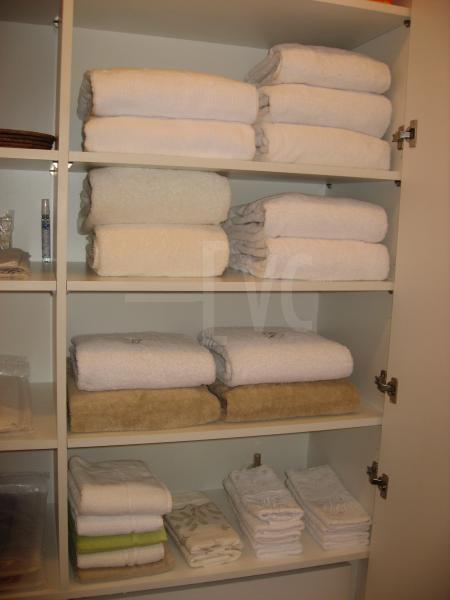 Roupeiro para organizar a roupa de cama, toalhas de rosto, toalhas de mão e toalhas de banho