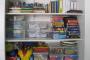 Decoração do quarto de criança com prateleiras para livros, materiais e brinquedos